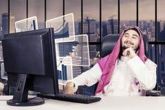 Homem de negócios muçulmano que olha a carta financeira Fotos de Stock Royalty Free