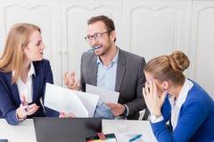 Homem de negócios não satisfeito com a proposta de seu colega sobre foto de stock royalty free