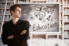 Homem de negócios na biblioteca com esboço da educação Imagens de Stock
