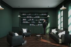 Homem de negócios na biblioteca verde Imagens de Stock Royalty Free