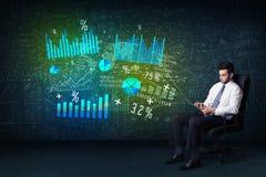Homem de negócios na cadeira do escritório com tabuleta à disposição e alto - tecnologia GR Fotos de Stock Royalty Free