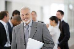 Homem de negócios na frente da equipe das vendas Fotos de Stock