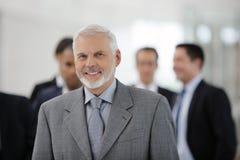 Homem de negócios na frente da equipe das vendas Fotos de Stock Royalty Free