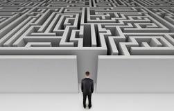 Homem de negócios na frente de um labirinto enorme Fotografia de Stock Royalty Free