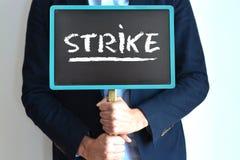 Homem de negócios na greve que guarda um quadro que sugere o boicote ou o protesto no trabalho Fotos de Stock