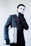 Homem de negócios na máscara do disfarce que rouba uma mala de viagem confidencial imagens de stock royalty free