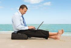 Homem de negócios na praia Imagens de Stock Royalty Free