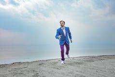 Homem de negócios na praia, dia, exterior fotografia de stock