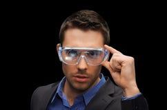 Homem de negócios na realidade virtual ou nos vidros 3d Fotos de Stock Royalty Free
