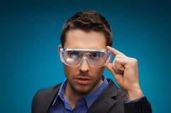 Homem de negócios na realidade virtual ou nos vidros 3d Fotografia de Stock Royalty Free