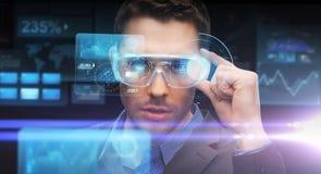 Homem de negócios na realidade virtual ou nos vidros 3d Fotografia de Stock