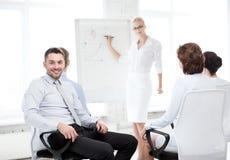 Homem de negócios na reunião de negócios no escritório imagens de stock
