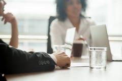 Homem de negócios na reunião de grupo ou em negociações de participação do terno, Foto de Stock