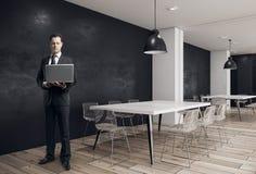 Homem de negócios na sala de conferências moderna Fotografia de Stock Royalty Free