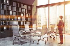 Homem de negócios na sala de conferências panorâmico imagens de stock royalty free