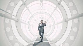 Homem de negócios na sala 3D Meios mistos Imagens de Stock Royalty Free