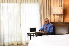 Homem de negócios na sala de hotel Fotografia de Stock Royalty Free