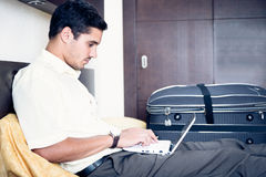 Homem de negócios na sala de hotel fotografia de stock