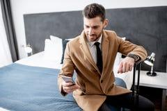 Homem de negócios na sala de hotel fotos de stock royalty free