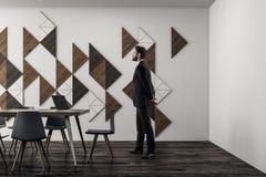 Homem de negócios na sala de reunião moderna Imagens de Stock