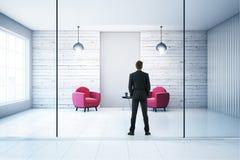Homem de negócios na sala de visitas branca Imagens de Stock Royalty Free