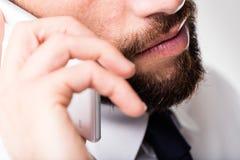 Homem de negócios na sua discussão móvel Fotografia de Stock Royalty Free