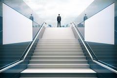 Homem de negócios nas escadas brancas Fotografia de Stock Royalty Free