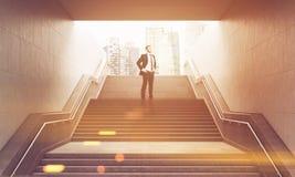 Homem de negócios nas escadas, tonificadas Fotos de Stock