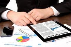 Homem de negócios nas notícias de negócios de observação do escritório  Imagens de Stock