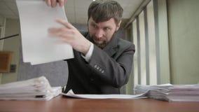 Homem de negócios nervosamente que assina e que carimba originais entrantes o trabalhador de escritório desloca papéis de uma pil video estoque