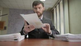Homem de negócios nervosamente que assina e que carimba originais entrantes originais do scatter do trabalhador de escritório ao  vídeos de arquivo
