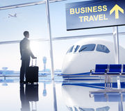Homem de negócios no aeroporto que espera um voo imagem de stock