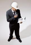 Homem de negócios no capacete de segurança com Walkietalkie Fotografia de Stock