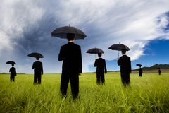 Homem de negócios no comin de observação da tempestade do terno preto Imagem de Stock Royalty Free