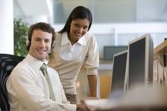 Homem de negócios no computador Fotografia de Stock Royalty Free