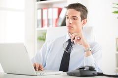 Homem de negócios no escritório Fotografia de Stock Royalty Free