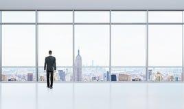 Homem de negócios no escritório brilhante Imagens de Stock Royalty Free