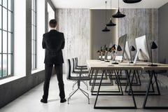 Homem de negócios no escritório coworking moderno Imagem de Stock