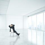 Homem de negócios no escritório e vista através da janela Imagens de Stock Royalty Free