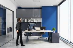 Homem de negócios no escritório moderno Imagem de Stock