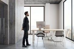 Homem de negócios no escritório moderno fotos de stock royalty free