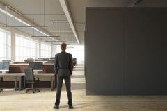 Homem de negócios no escritório moderno com copyspace Fotografia de Stock Royalty Free
