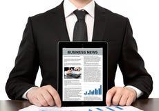 Homem de negócios no escritório que guardara uma tabuleta do computador com negócio Fotografia de Stock Royalty Free