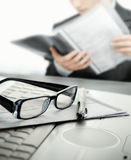 Homem de negócios no escritório que lê um contrato Foto de Stock