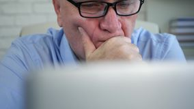 Homem de negócios no escritório usando o pensamento da rede de comunicação do portátil incomodado filme