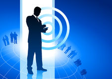Homem de negócios no fundo do Internet do negócio do telefone Foto de Stock