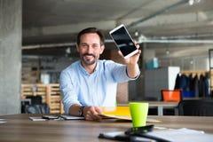 Homem de negócios no interior do escritório Fotos de Stock Royalty Free