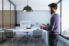 Homem de negócios no interior moderno do escritório Fotografia de Stock Royalty Free