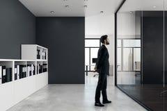 Homem de negócios no interior moderno do escritório imagem de stock royalty free