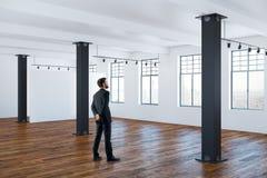 Homem de negócios no interior vazio Imagens de Stock